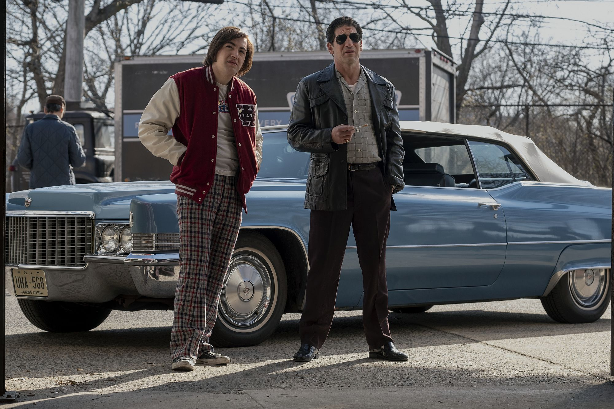 (L-r) MICHAEL GANDOLFINI als Teenager Tony Soprano und JON BERNTHAL as Johnny Soprano.