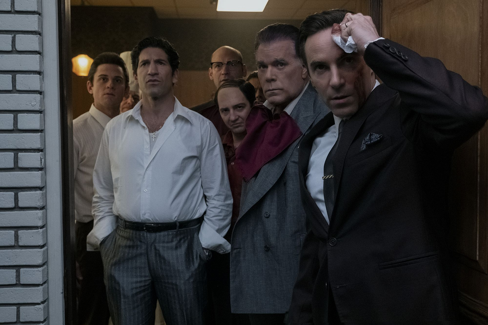 "(L-r) BILLY MAGNUSSEN als Paulie Walnuts, JON BERNTHAL als Johnny Soprano, COREY STOLL als Junior Soprano (im Hintergrung), JOHN MAGARO als Silvio Dante, RAY LIOTTA als ""Hollywood Dick"" Moltisanti und ALESSANDRO NIVOLA als Dickie Moltisanti."
