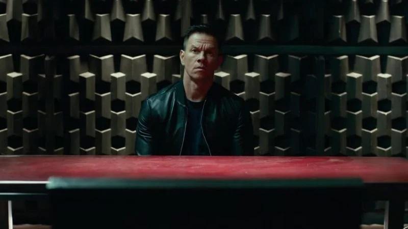 Mark Wahlberg in einem Verhörraum. Szene aus seinem Film Infinite