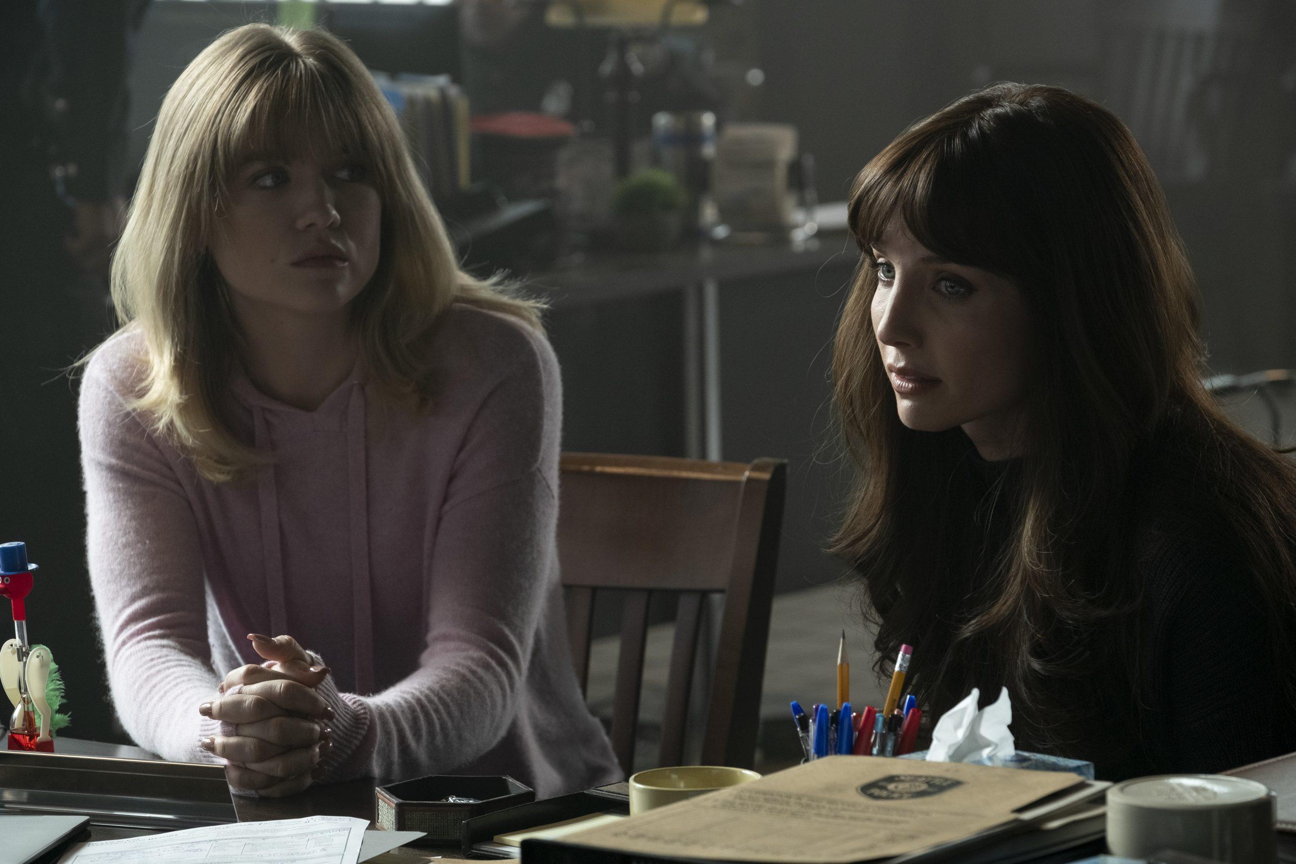 MADDIE HASSON als Sydney und ANNABELLE WALLIS als Madison im Horror Thriller MALIGNANT