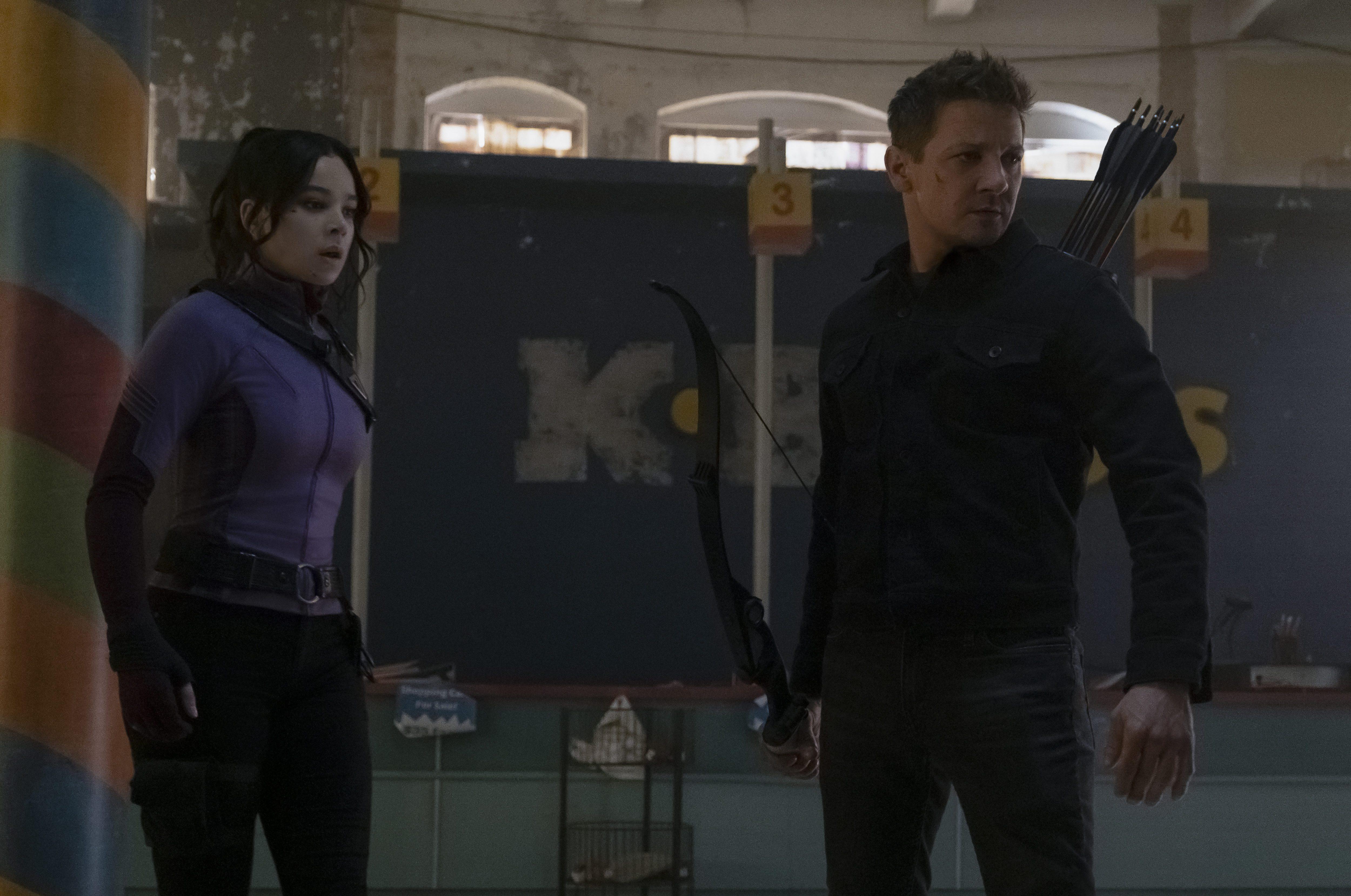 Kate Bishop (Hailee Steinfeld) und Hawkeye/Clint Barton (Jeremy Renner) in Marvel Studios' HAWKEYE