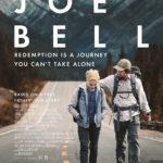 mark Wahlberg mit einem Jungen auf der Landstraße zu Fuß unterwegs im Film JOE BELL