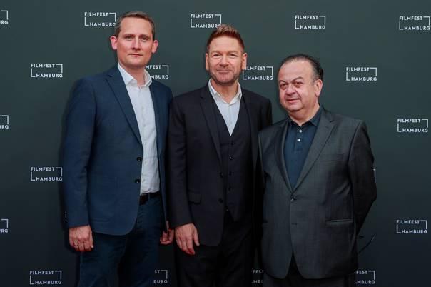 Foto vlnr: Michael Kampf (Universal Pictures), Kenneth Branagh, Albert Wiederspiel (Filmfest Hamburg) (c) 2021 Universal Pictures, Foto: André Mischke